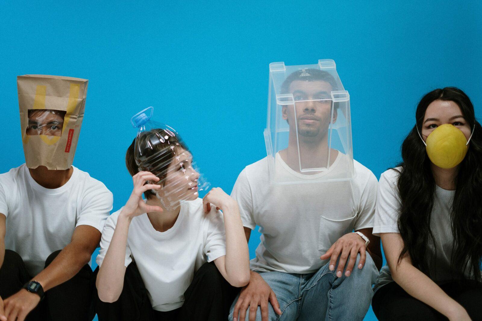 Mensen dragen mondkapjes